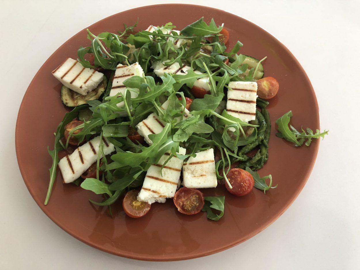 Salade van groenten en manouri
