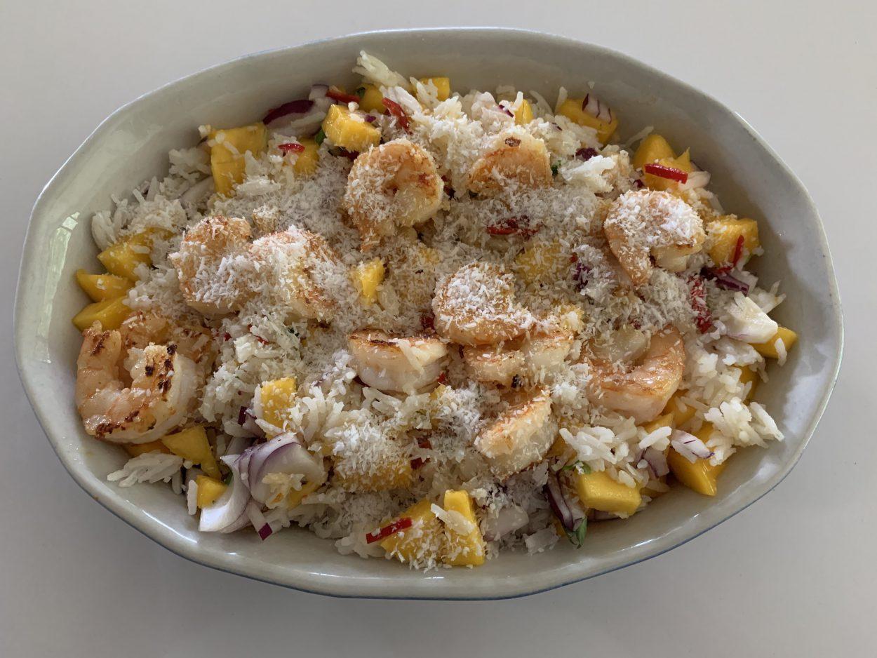 Rijstsalade met scampi en mango